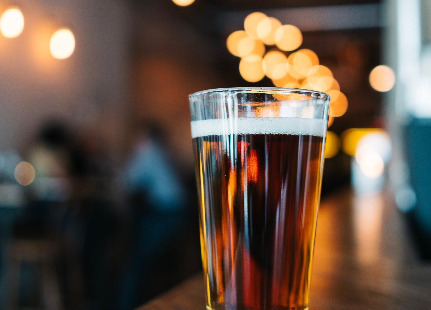 Busenfreundin auf ein Bierchen Gay Bars